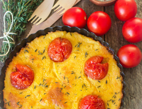 Gebackene Polenta mit Tomaten, Käse und Thymian