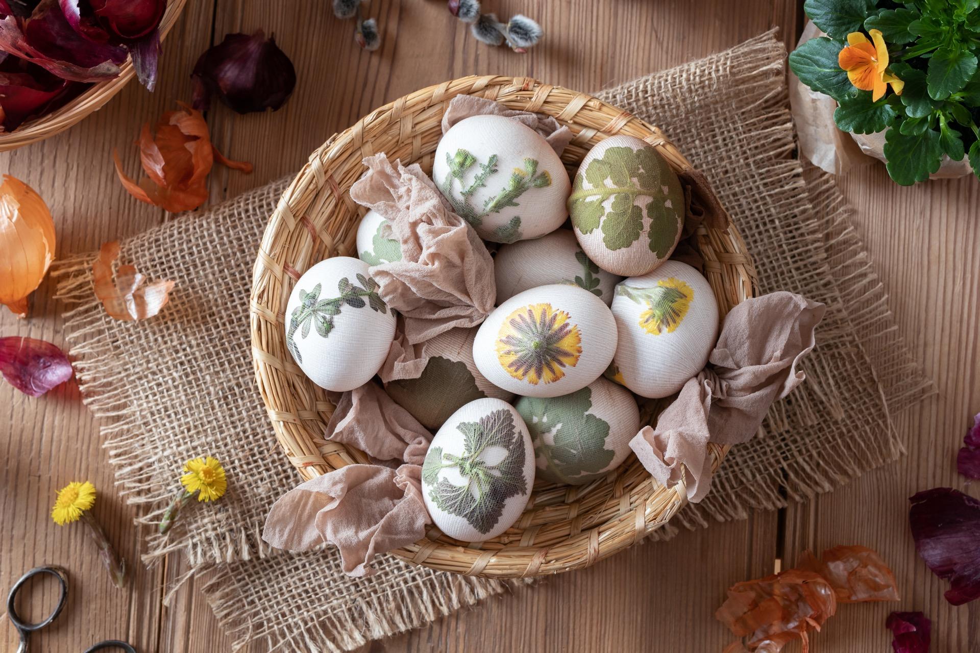 Eier färben mit Strumpfhose Zwiebeln