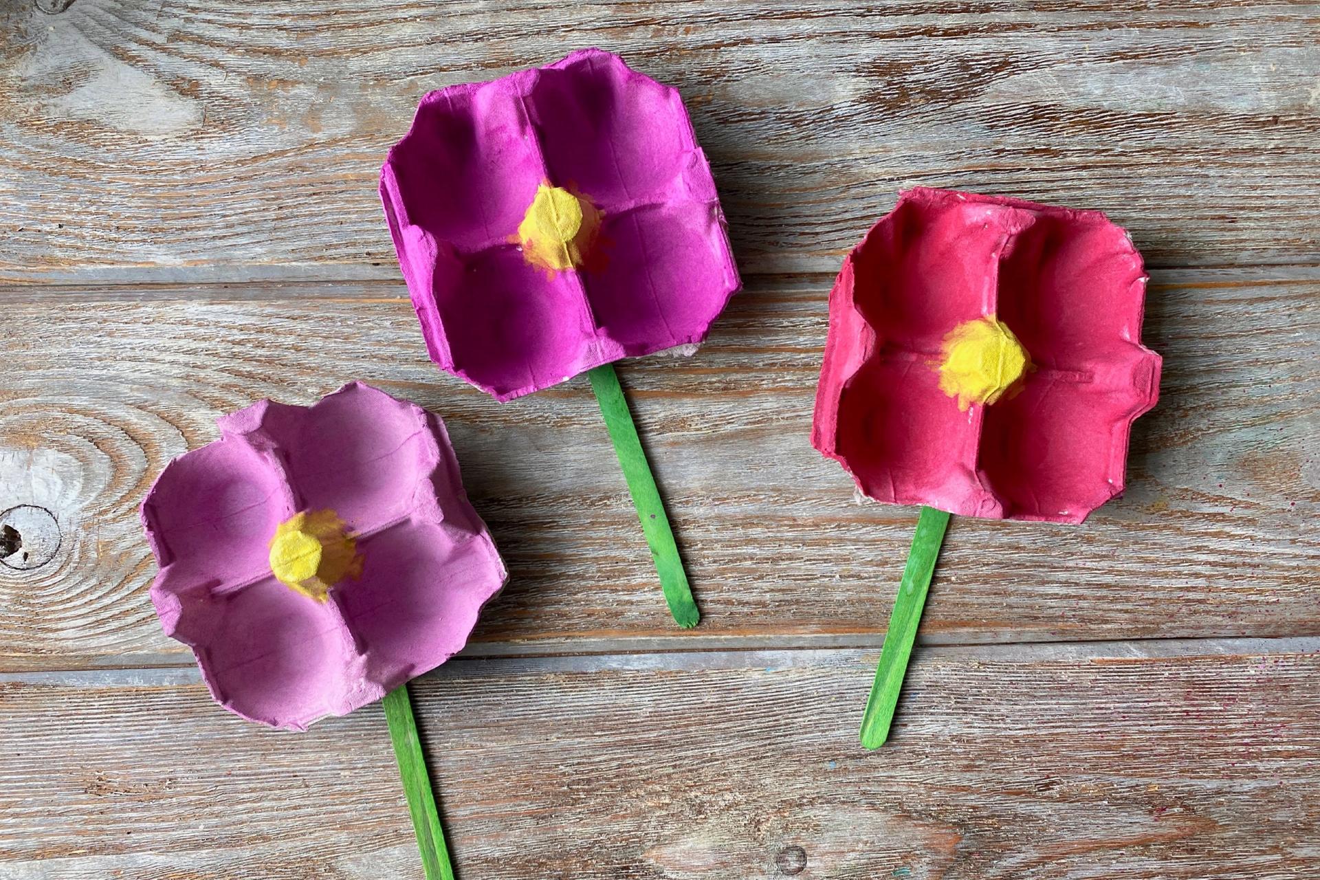 Blumen aus Eierkarton basteln